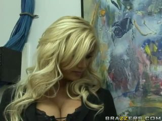 Rallig vollbusig blond boss getting sie feucht muschi licked