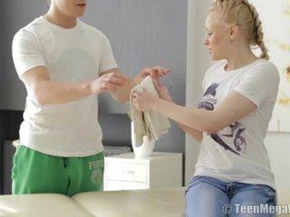 Blond teismeline perses poolt tema masseur