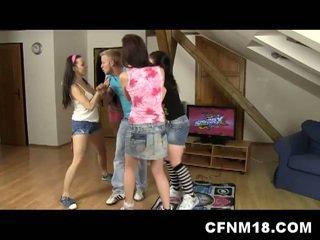 4 rapariga vestida gajo nu roommates a foder um sortudo caralho