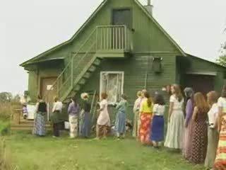 Moshë e pjekur gra qirje në the fshat