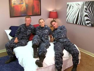 Kaakit-akit navy dalagita fucks kanya sailors