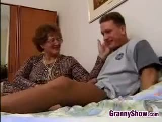 Grand-mère gets baisée par grandson en droit
