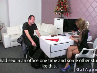 Female agent gives ein footjob im sie büro
