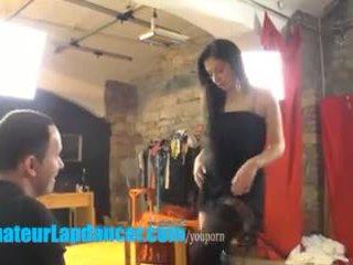 19yo 爆弾 teases a 角質 stranger とともに lapdance