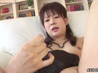 Elegantas aziāti idol spēļmantas viņai mitra vāvere par the camera.