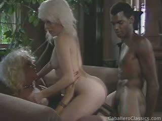 1 melnas dzimumloceklis un 2 blondes