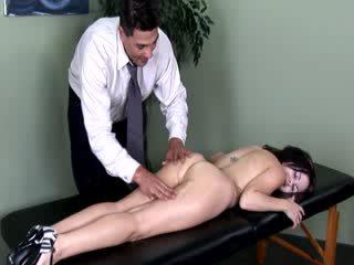 Patiënt gets een thorough examination van haar naakt lichaam