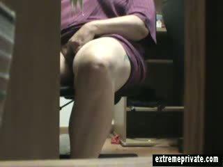Mum surprit masturbation sous la bureau