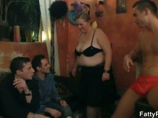 Rasvane pub: kiimas ilusad suured naised bitches preparing jaoks an orgia pidu