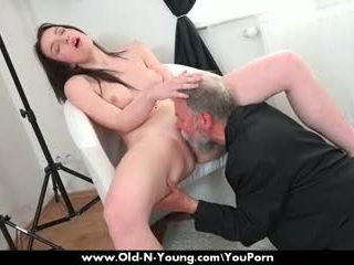 पुराना guy enjoys एक टीन