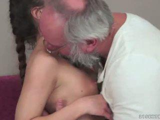 Teenie anita bellini gets מזוין על ידי a סבא