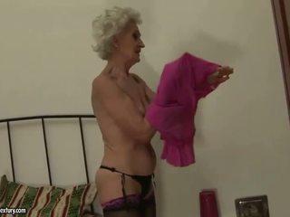 סבתא enjoys לסבית סקס עם צעיר נערה