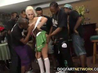 Alena croft serves su coño hasta a negra men