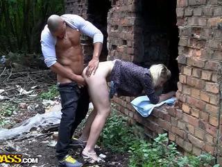 Blondine trut endures hardcore diep anaal video-
