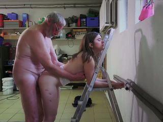 Slutty pokojówka pieprzenie porno addict dziadek gets usta.