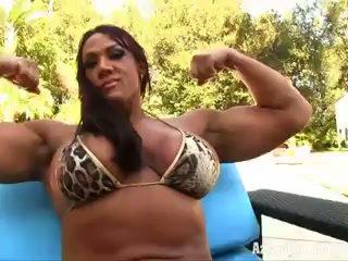 Aziani jern amber deluca female bodybuilder i liten bikini