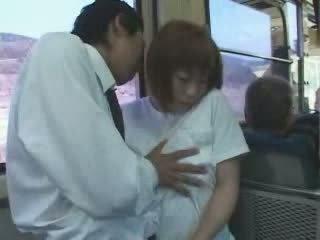 Mature japonais gros seins mère peloté et baisée en bus vidéo