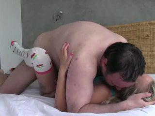 Monada adolescente follada por un sucio viejo hombre