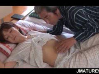 Äldre asiatiskapojke hemmafru given en söta morgon fittor slicka