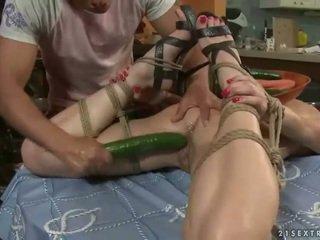 Seksuālā pusaudze gets bondaged un fucked
