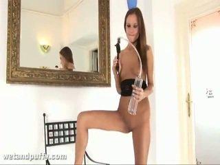 Abby using labia φούσκωμα