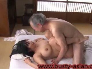צעיר חזה גדול יפני נערה מזוין על ידי ישן אדם http://japan-adult.com/xvid