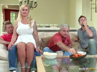 Brazzers - мащеха takes малко млад хуй - порно видео 451