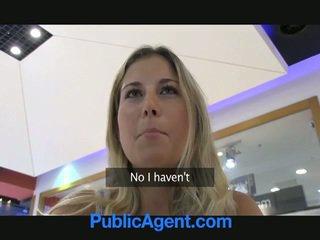 Een seks agent is gelukkig naar neuken een blondine babe in auto