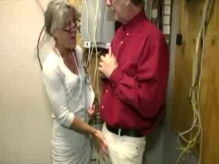 Seksi tua wanita gets di dia knees untuk sentakan
