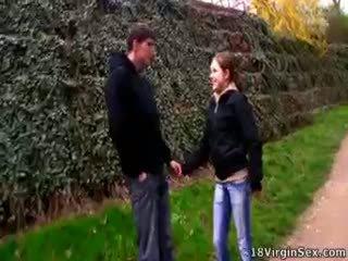 Clarissa met a guy į the park ir jie pakliuvom.