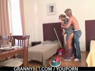 Küpsemad housemaid gets tema tussu filled koos riist