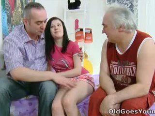 Alena 和 她的 男人 are 一起 在 床 和 他 has an 舊的 朋友