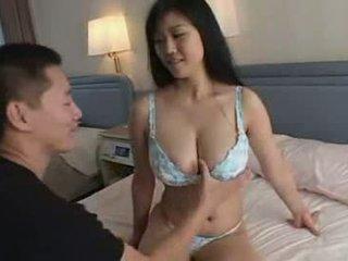 Japonesa gajo jogar com sua tia grande natural titts vídeo