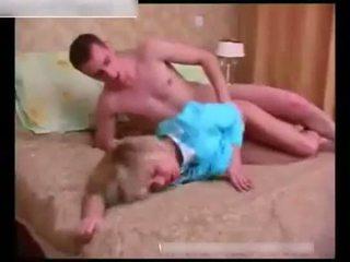 جنسي ناضج wakes فوق ل نائم شاب guy في ال حجرة النوم