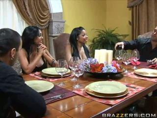 Apdullinātas krūtainas brunete wifes pie the tabula un swap husbands