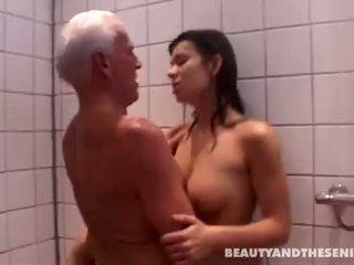 Jovem e bela jovem grávida com velho homem