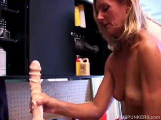 Adembenemend rijpere blondine in hoog hakken fucks een reusachtig dildo