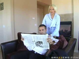 Angelic rondborstig blondine vrouw overspel haar echtgenoot doing pijpen en titsjob