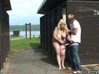 Abuelita takes ella desde detrás en la changing habitación
