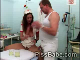 Ondeugend verpleegster carmen collins shares piss met oud man