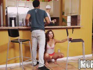 Mofos - e pisët adoleshent cheats në të saj bf