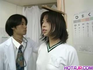 Sayuri gets गड़बड़ द्वारा हॉर्नी डॉक्टर