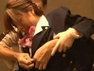 אוויר hostess מגוששת על ידי passenger