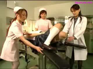 Doll getting henne puss examinted med spekulumet licked av doktorn meloner rubbed av 2 nurses i den drift rum