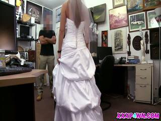 O noiva e dela casamento vestido em o pawnshop