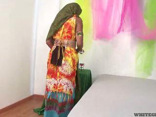 Красуня індійська дружина смокче muscle статевий член