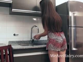 Virgin masturbates в на кухня след а peach