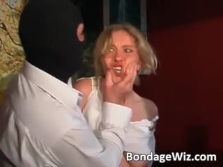 Tied blondynka gets tyłek spanked i cycki