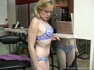 Super seksual older lady is so künti she has to masturbate
