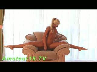 Blonda escorta futand cu dildo